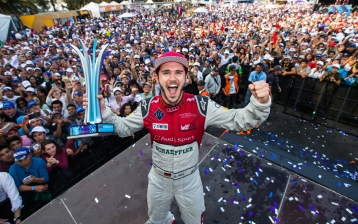 Daniel Abt rejoices over his victory in Mexico (Copyright: Audi Communications Motorsport / Michael Kunkel)